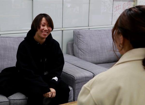インタビューを受ける吉澤