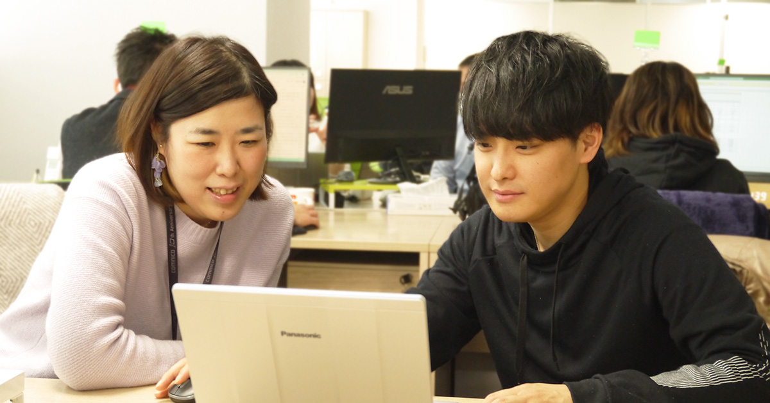 業務の相談をする西本(左)と三谷(右)