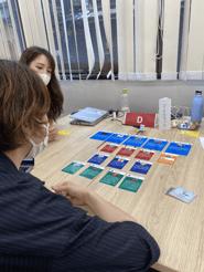 課題解決のためにカードを読み込むメンバー